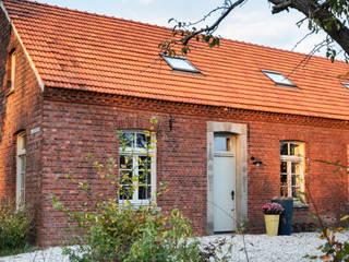 Woonboerderij Weert:  Buitenhuis door De Nieuwe Context, Industrieel