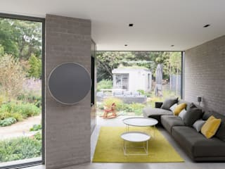 Oatlands Close by IQ Glass UK Modern