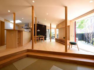 くの字の平屋[日本エコハウス大賞 協賛賞]: kameplan architectsが手掛けたリビングです。,
