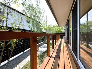 くの字の平屋[日本エコハウス大賞 協賛賞]: kameplan architectsが手掛けたテラス・ベランダです。,
