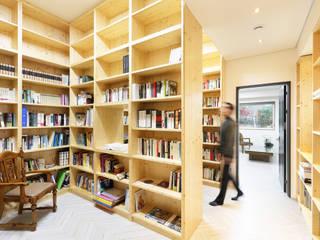 원주반곡동주택 2층서재: 주택설계전문 디자인그룹 홈스타일토토의  서재 & 사무실