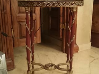 Oval side table decorated with bronze: كلاسيكي  تنفيذ NADIA .Gallery, كلاسيكي