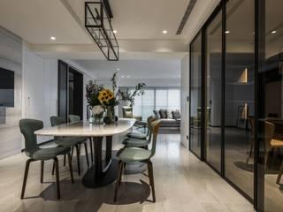 Salle à manger de style  par 雅群空間設計, Moderne