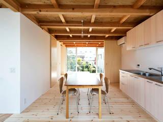 木箱の家: すずき/suzuki architects (一級建築士事務所すずき)が手掛けたリビングです。