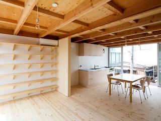 木箱の家: すずき/suzuki architects (一級建築士事務所すずき)が手掛けたリビングです。,