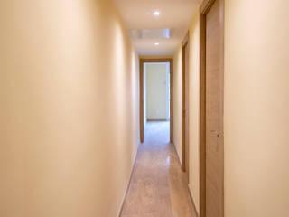 Grupo Inventia Pasillos, vestíbulos y escaleras de estilo moderno Concreto Beige