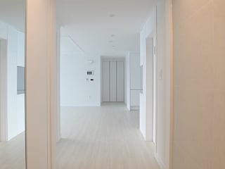 Modern Corridor, Hallway and Staircase by 남다른디자인 Modern