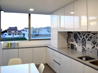 depois: Armários de cozinha  por Area design interiores - cozinhas em Braga