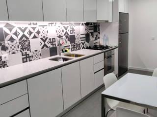 frigorífico, maquina loiça, exaustor,  lava-loiças e misturadora-tudo Franke: Cozinhas embutidas  por Area design interiores - cozinhas em Braga
