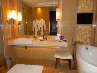 Different ideas for bath room decorations with castle: حديث  تنفيذ كاسل للإستشارات الهندسية وأعمال الديكور في القاهرة, حداثي