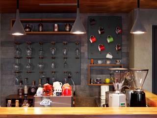 利用吧檯的牆面掛置酒杯與馬克杯,成為另類的裝飾 直方設計有限公司 Walls Grey