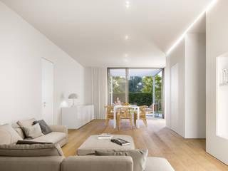 Living room by studio conte architetti,