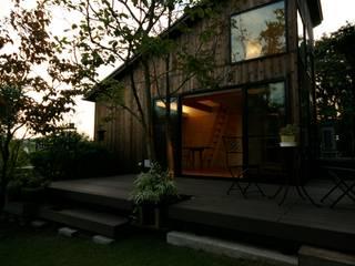 焼き杉のファサード: 塚野建築設計事務所が手掛けた別荘です。