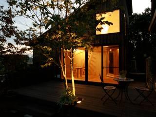 焼き杉のファサード 夕景: 塚野建築設計事務所が手掛けた別荘です。