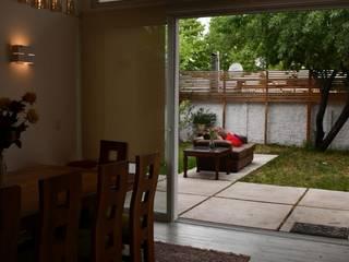 Ventanal, vinculación con patio.: Livings de estilo moderno por D01 arquitectura