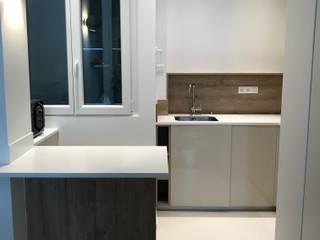 Appartement - Paris 7è - Atelier Florent: Éléments de cuisine de style  par ATELIER FLORENT - Architectes d'Intérieur Paris, Minimaliste