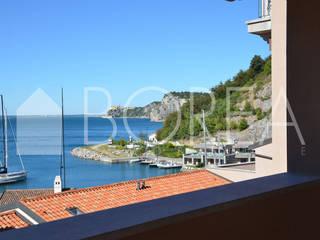 ((VENDITA)) Villa, Sistiana, Portopiccolo: vivere il mare Borea immobiliare Balcone, Veranda & Terrazza in stile moderno