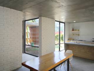 Salle à manger minimaliste par Apaloosa Estudio de Arquitectura y Diseño Minimaliste