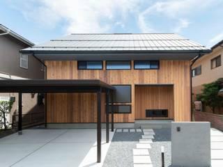 軒の深い切妻: 塚野建築設計事務所が手掛けた木造住宅です。