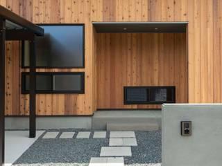 門柱とアプローチ: 塚野建築設計事務所が手掛けた木造住宅です。