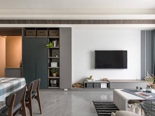 竹北/灰階暖木質感宅:  客廳 by 達譽設計