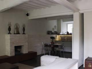 ristrutturazione di casa di corte _ Lucca Soggiorno moderno di Arrigoni Architetti Moderno