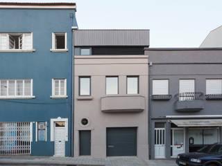 Reabilitação de moradia unifamiliar no centro do Porto Casas modernas por João Araújo Sousa & Joana Correia Silva Arquitectura Moderno