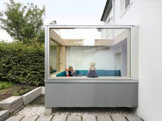 Sofa im Garten:   von AMUNT Architekten in Stuttgart und Aachen