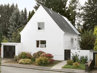 Strassenansicht mit Aufbau auf der Gartenseite:   von AMUNT Architekten in Stuttgart und Aachen