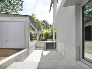HAUS GRAU. Neubau eines Reihenendhauses - Belgische Siedlung Beverau, Aachen von AMUNT Architekten in Stuttgart und Aachen