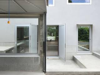 Hof, Blick ins Haus:   von AMUNT Architekten in Stuttgart und Aachen