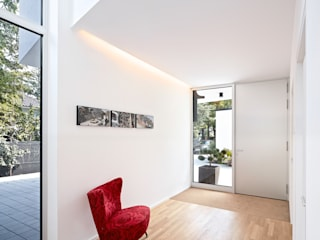 Modern corridor, hallway & stairs by Lennart Wiedemuth / Architekturfotografie Modern
