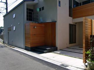 Case moderne di 株式会社横山浩介建築設計事務所 Moderno