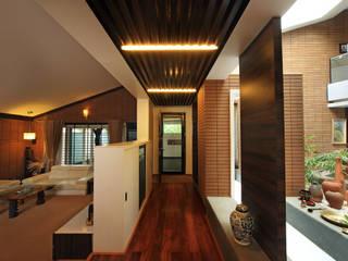 Kembhavi Residence Modern corridor, hallway & stairs by Kembhavi Architecture Foundation Modern
