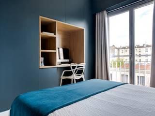 Anne Lapointe Chila モダンスタイルの寝室 木 青色