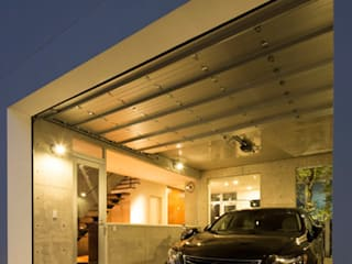 Garage/Rimessa in stile moderno di 株式会社横山浩介建築設計事務所 Moderno