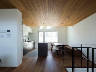 Sala da pranzo moderna di 株式会社横山浩介建築設計事務所 Moderno