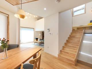 거실과 주방사이 계단: 주택설계전문 디자인그룹 홈스타일토토의  계단