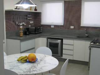 Móveis sob medida: Armários e bancadas de cozinha  por Planejados Bocchi