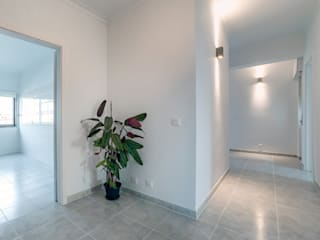 Apartment C in Lisbon, Portugal: Corredores e halls de entrada  por Natalia Bencheci