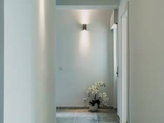Apartment C in Lisbon, Portugal: Corredores e halls de entrada  por Natalia Bencheci,Moderno