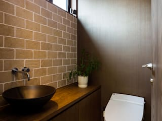 Sデザイン設計一級建築士事務所 Eclectic style bathroom Tiles Brown