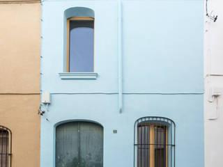 Reforma integral de vivienda unifamiliar en Premià de Mar AlbertBrito Arquitectura Casas unifamilares Cerámico Azul