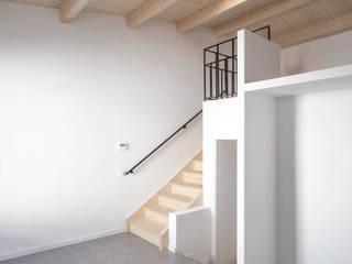 Reforma integral de vivienda unifamiliar en Premià de Mar AlbertBrito Arquitectura Escaleras Derivados de madera Blanco
