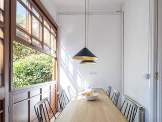 Reforma y renovación de una casa muy pequeña unifamiliar en Barcelona: Comedores de estilo  de AlbertBrito Arquitectura, Industrial