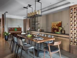 餐廳使用類似蠟燭造型的吊燈更顯氣氛情調:  餐廳 by 宸域空間設計有限公司