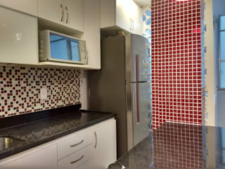 APARTAMENTO EM COPACABANA - RUA DOMINGOS FERREIRA: Cozinhas  por Maria Helena Torres Arquitetura e Design
