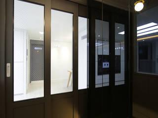 DESIGNCOLORS Modern corridor, hallway & stairs Black