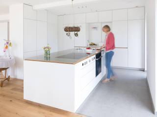 Neue Räume GmbH CocinaEstanterías y gavetas Derivados de madera Gris