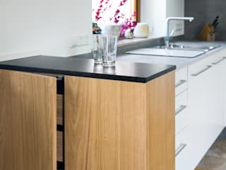 Neue Räume GmbH KitchenCabinets & shelves Kayu Brown